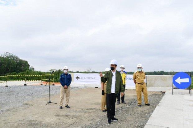 Presiden Joko Widodo saat meninjau pembangunan Jalan Tol Pekanbaru - Padang di Kota Pekanbaru, Riau, Rabu (19/5). Foto: Muchlis Jr - Biro Pers Sekreta