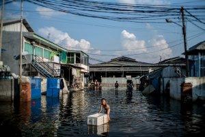 Banjir Rob Genangi Kawasan Pesisir Jakarta Usai Gerhana Bulan
