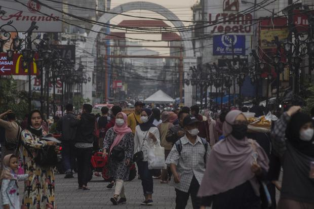 Warga berjalan di kawasan wisata dan niaga Dalem Kaum Bandung, Jawa Barat, Selasa (1/6/2021). Gubernur Jawa Barat Ridwan Kamil menyatakan Provinsi Jawa Barat siaga satu COVID-19 akibat melonjaknya kasus positif COVID-19 pascakebocoran arus mudik dan libur