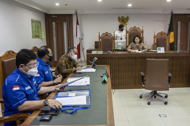 Sekjen DPP Partai Demokrat, Teuku Riefky Harsa (kedua kiri) bersama kuasa hukum Mehbob (kiri) dan Bambang Widjojanto (ketiga kiri) bersiap mengikuti sidang mediasi gugatan terhadap politisi dari kelompok kongres luar biasa (KLB) Deli Serdang, Sumatera Uta