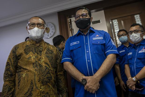 Sekjen DPP Partai Demokrat, Teuku Riefky Harsa (tengah) bersama kuasa hukum Bambang Widjojanto (kiri) bersiap mengikuti sidang mediasi gugatan terhadap politisi dari kelompok kongres luar biasa (KLB) Deli Serdang, Sumatera Utara di Pengadilan Negeri (PN)