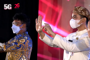 Menteri Kominfo Johnny G Plate dan Wali Kota Surakarta Gibran Rakabuming Raka saat menghadiri acara peresmian layanan Telkomsel 5G di Solo, Kamis (3/6