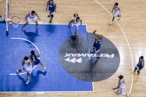 Pebasket Satria Muda Pertamina Jakarta Arki Dikania Wisnu (tengah) melakukan tembakan bebas saat melawan Pelita Jaya Bakrie Jakarta dalam gim ketiga Final Liga Bola Basket Indonesia (IBL) 2021 di Britama Arena, Jakarta, Minggu (6/6/2021).