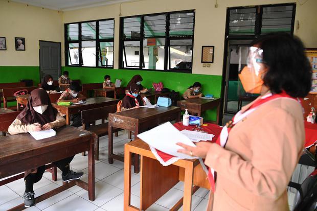 Sejumlah murid mengerjakan soal Penilaian Akhir Tahun (PAT) saat menjalani uji coba pembelajaran tatap muka (PTM) tahap 2 di SDN Kebayoran Lama Selatan 17 Pagi, Jakarta, Rabu (9/6/2021). Berdasarkan survei, efektivitas pembelajaran daring masih dipertanya