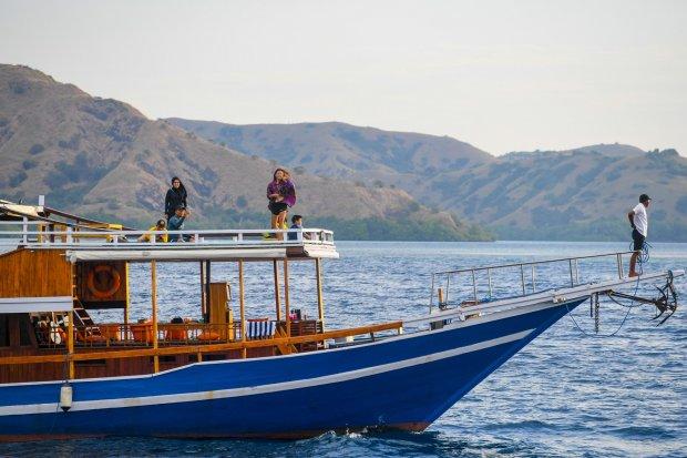 Sejumlah pengunjung menikmati eksotisme pemandangan Labuan Bajo menggunakan Kapal pinisi yang menjadi salah satu pilihan terbaik untuk mengunjungi destinasi favorit di Labuan Bajo, Lombok Timur, Nusa Tenggara Barat. Pandemi COVID-19 yang menghantam sekto