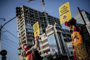 Kampanye Badut Bagikan Masker di Masa PPKM Darurat