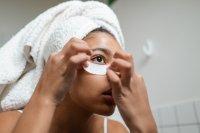Ilustrasi seorang wanita menggunakan masker mata
