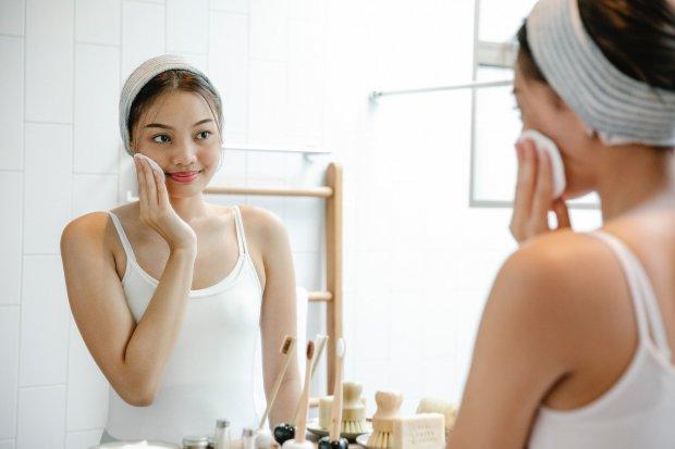 Ilustrasi pemakaian produk skincare terbaik.