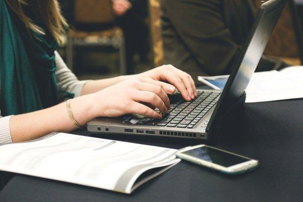 Ilustrasi mengetik menggunakan laptop