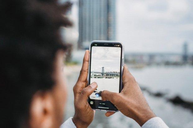 Ilustrasi penggunaan aplikasi edit foto pada ponsel
