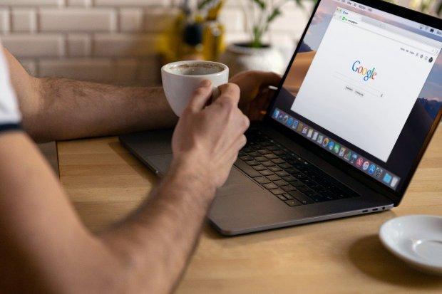 Ilustrasi cara ganti password Gmail di laptop.