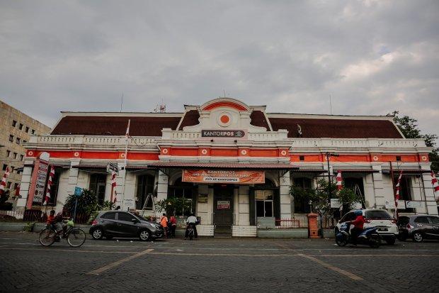 PT Pos Indonesia merupakan salah satu contoh perusahaan pasar monopoli yang diberi hak monopoli oleh pemerintah untuk menjual benda-benda pos dan sejenisnya.