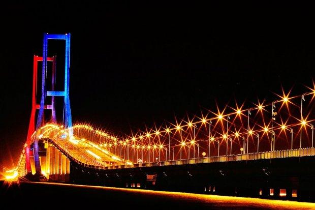 Jembatan Suramadu merupakan salah satu wisata Surabaya yang populer