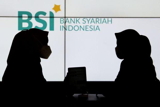 Pegawai melayani nasabah di Kantor Cabang Digital Bank Syariah Indonesia (BSI) Thamrin, Jakarta, Selasa (24/8/2021). Pada semester I tahun 2021 BSI mencatat perolehan laba bersih sebesar Rp1,1 triliun, menyalurkan pembiayaan hingga Rp161,5 triliun dan men