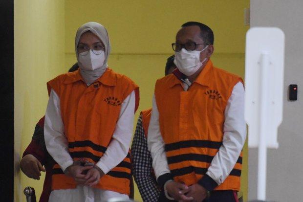 Bupati Probolinggo Puput Tantriana Sari (kiri) bersama suaminya yang juga anggota DPR dan mantan Bupati Probolinggo Hasan Aminuddin mengenakan rompi tahanan KPK usai diperiksa di gedung KPK, Jakarta, Selasa (31/8/2021) dini hari. KPK melakukan operasi tan