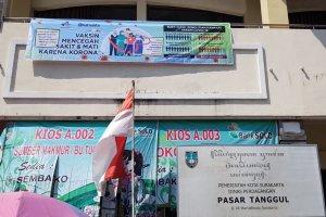 Spanduk untuk menangkal hoaks vaksinasi di Pasar tanggul, Surakarta