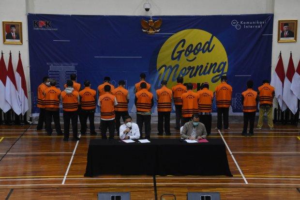 Deputi Penindakan KPK Karyoto (kiri) didampingi Plt Juru Bicara KPK Ali Fikri (kanan) memberikan keterangan pers penahanan 17 Aparatur Sipil Negara (ASN) Pemkab Probolingo di Gedung Merah Putih KPK, Jakarta, Sabtu (4/9/2021). KPK menahan 17 ASN di lingkun