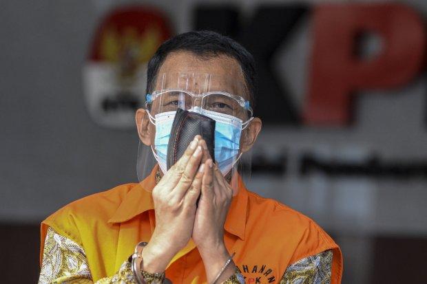 Tersangka mantan Direktur Pemeriksaan dan Penagihan pada Direktorat Jenderal Pajak Kementerian Keuangan Angin Prayitno Aji berjalan keluar ruangan usai menjalani pemeriksaan di Gedung Merah Putih KPK, Jakarta, Selasa (31/8/2021). Angin Prayitno Aji diperi