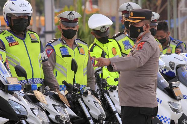 Dirlantas Polda Papua, Kombes Pol Mohamad Nasihin (kanan) memeriksa kendaraan saat Apel Pengecekan Kesiapan Kendaraan jelang PON XX Papua di PTC Entrop, Jayapura, Papua, Senin (6/9/2021). Dirlantas Polda Papua menerima 51 kendaraan dari Korlantas polri un