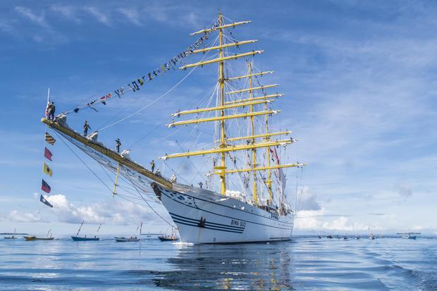 Kapal yang mengapung di laut adalah hasil pengaplikasian prinsip fluida statis.