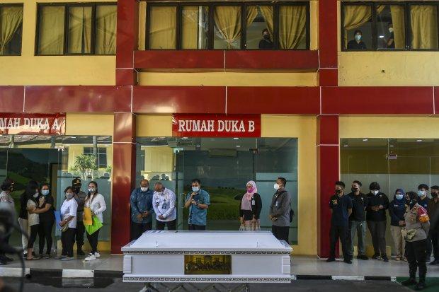Tim Disaster Victim Identification (DVI) Polri menyerahkan peti berisi jenazah korban kebakaran lapas kelas 1 Tangerang kepada keluarga di RS Polri, Kramat Jati, di Jakarta, Jumat (10/9/2021). Tim Disaster Victim Identification (DVI) Polri menyerahkan sat