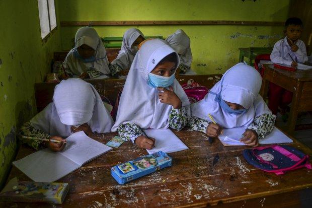 Ilustrasi siswa belajar kata sifat dalam Bahasa Indonesia di sekolah