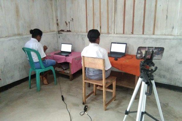 Dua orang siswa sedang mengoperasikan perangkat laptop pada proses belajar. Pemerintah tengah menggencarkan program digitalisasi sekolah yang diharapkan ke depan akan menjadi infrastruktur dasar dalam proses pembelajaran.