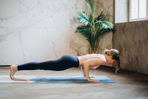 Ilustrasi manfaat push up untuk wanita dan varian gerakannya (Pexels.com).