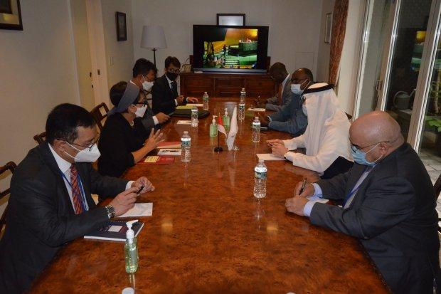 Menteri Luar Negeri Retno Marsudi saat melakukan pertemuan dengan Sekjen OKI, di sela sela Sidang Umum PBB ke-76 di New York, Rabu (22/9).