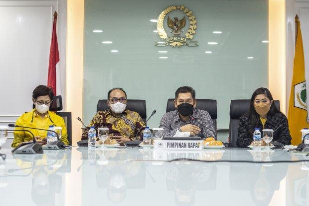 Ketua Bidang Hukum DPP Partai Golkar Adis Kadir (kedua kanan) didampingi Wakil Ketua Umum DPP Golkar Nurul Arifin (kiri), Ketua Badan Advokasi Hukum dan HAM (Bakumham) Partai Golkar Supriansa (kedua kiri), dan Ketua DPP Partai Golkar bidang MPO Meutya Haf