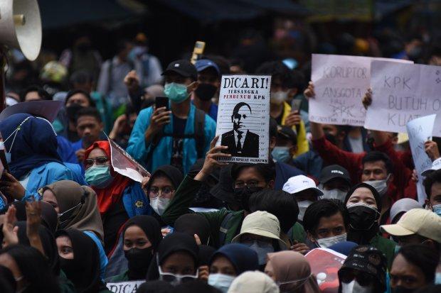 Mahasiswa yang tergabung dalam Aliansi BEM Seluruh Indonesia (BEM SI) dan Gerakan Selamatkan KPK menggelar aksi unjuk rasa di sekitar Gedung Merah Putih KPK di Jakarta, Senin (27/9/2021). Aksi demonstrasi itu menuntut pembatalan pemecatan 56 pegawai KPK y
