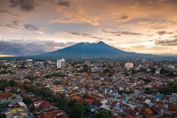 Pemandangan Kota Bogor dari ketinggian. Terdapat sejumlah tempat wisata di Bogor yang menarik untuk dikunjungi.