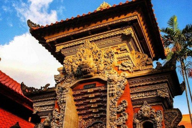 Pintu masuk rumah adat Bali yang disebut dengan Gapura Candi Bentar.