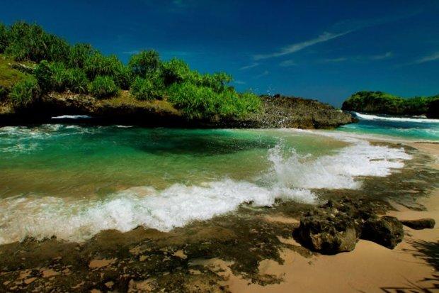 Pesona pantai Srau, salah satu tempat wisata di Pacitan