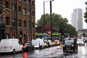 Kendaran mengantri untuk mengisi bahan bakar di spbu Texaco di London, Inggris, Senin (27/9/2021). ANTARA FOTO/REUTERS/Henry Nicholls/HP/djo