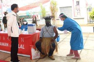 Presiden Joko Widodo saat meninjau vaksinasi di Halaman kantor Bupati Merauke, Papua, Minggu (3/10). Foto: Rusman - Biro Pers Sekretariat Presiden