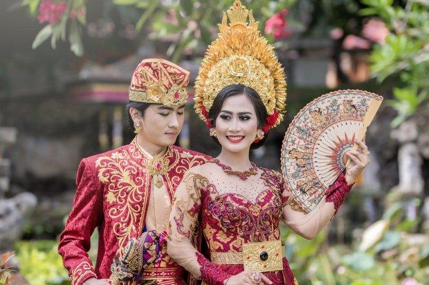 Gambar pakaian adat Bali yang dikenakan seorang pria dan wanita