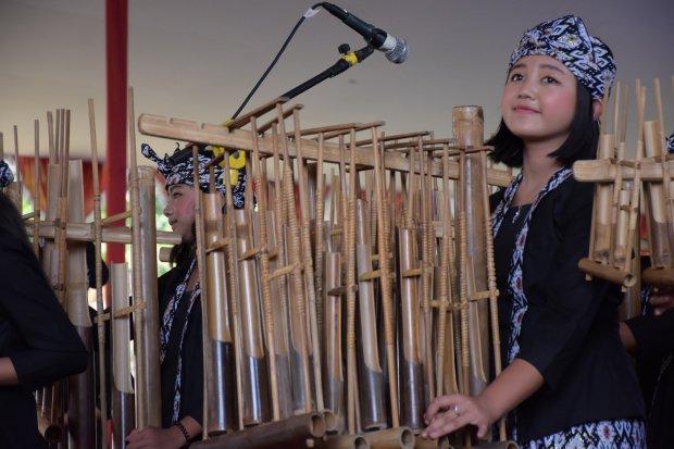 Ilustrasi penggunaan alat musik angklung sebagai pengiring lagu daerah Jawa Barat