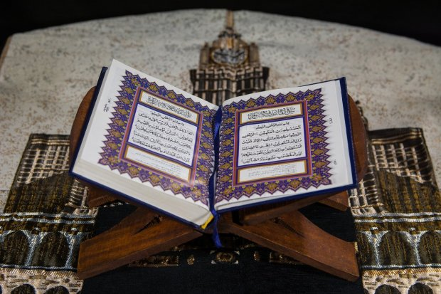 Firman Allah Swt. dalam Al-Quran memerintahkan umat muslim untuk mengucapkan bacaan sholawat Nabi