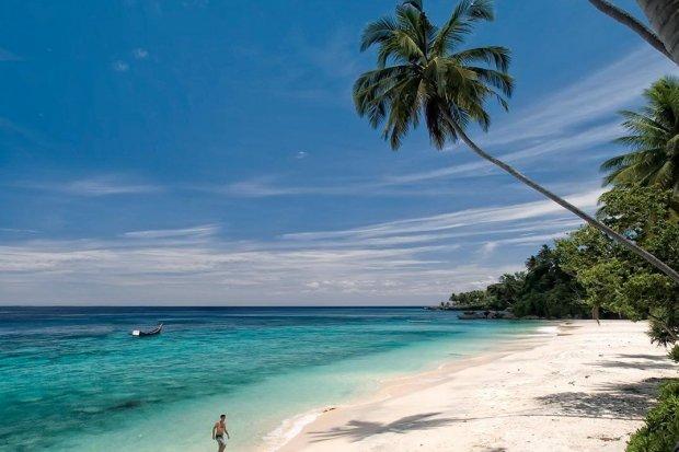 Keindahan Pantai Sumur Tiga, salah satu tempat wisata Sabang yang memukau