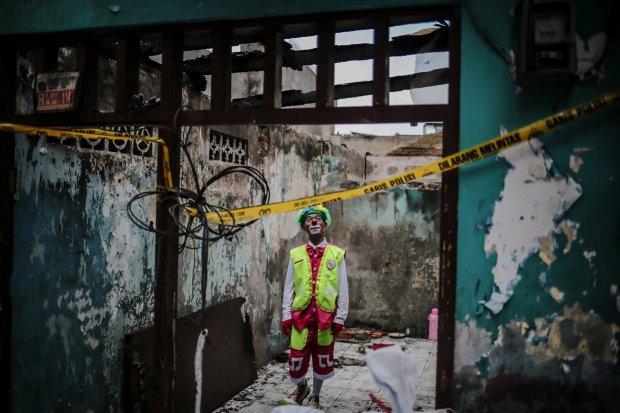 Seniman Aku Badut Indonesia Hibur Anak-anak Korban Kebakaran