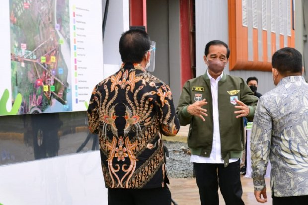 Presiden Joko Widodo saat meresmikan pabrik biodiesel di Tanah Bumbu, Kalimantan Selatan, Kamis (21/10). Foto: Biro Pers Sekretariat Presiden