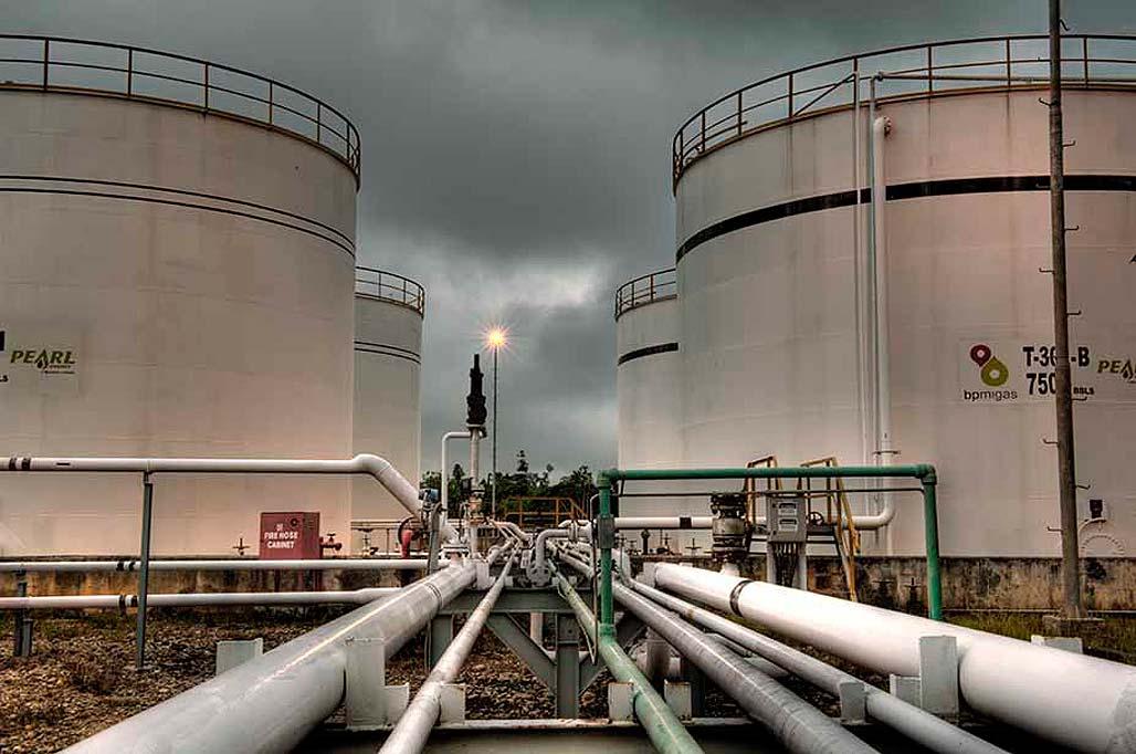 Ilustrasi kilang minyak. Menurut laporan mingguan American Petroleum Institute, persediaan minyak mentah AS hingga 11 Oktober naik menjadi 432,5 juta barel.
