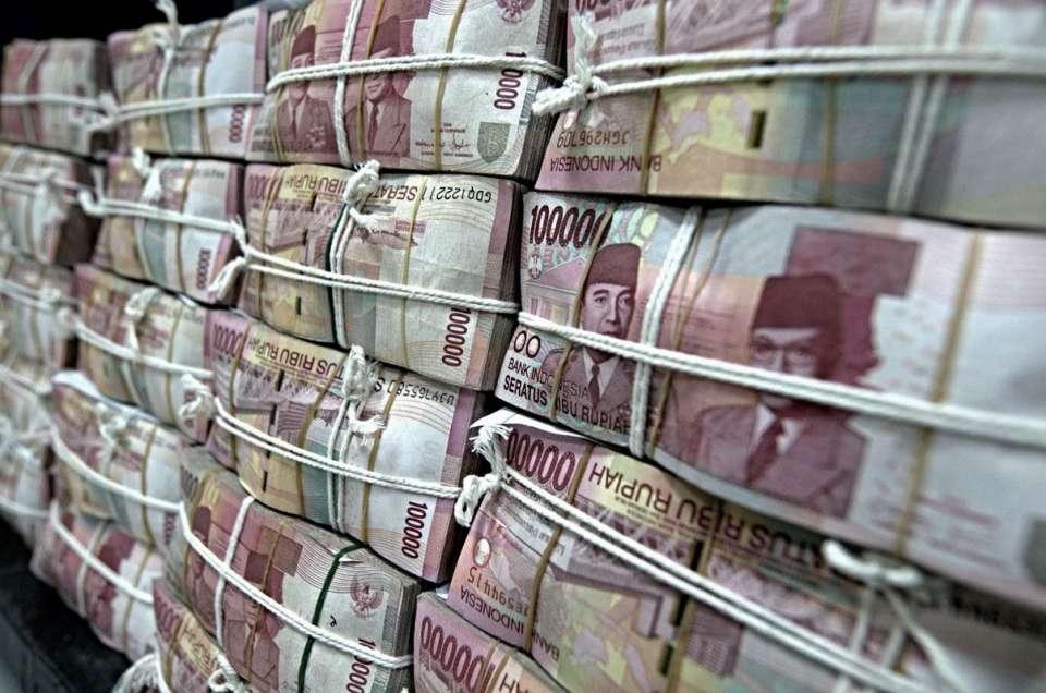 Seorang petugas PT Bank Negara Indonesia (BNI 46) menunjukkan uang rupiah pecahan baru Rp 100.000 di Cash Centre Bank BNI 46, Jakarta.