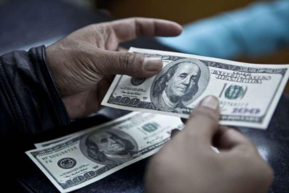 Ilustrasi uang dolar Amerika Serikat (AS). Hingga Juli 2019 pemerintah telah mencairkan utang dari lembaga keuangan dunia hingga US$ 2 miliar untuk membiayai defisit.